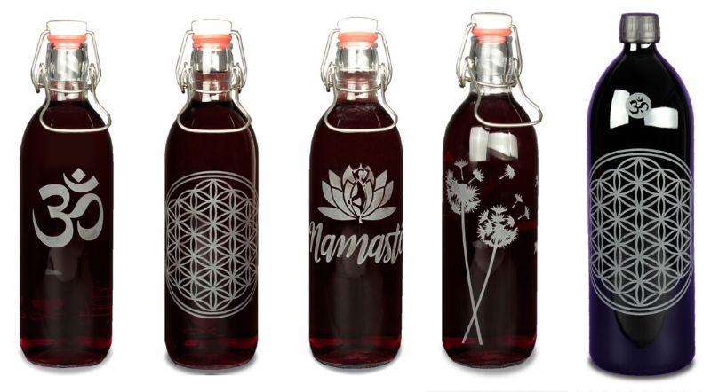 Glasflaschen mit Gravur: Om-Symbol, Blume des Lebens, Namasté und Lotusblüte, Pusteblume. Trinkwasser energetisieren leicht gemacht.