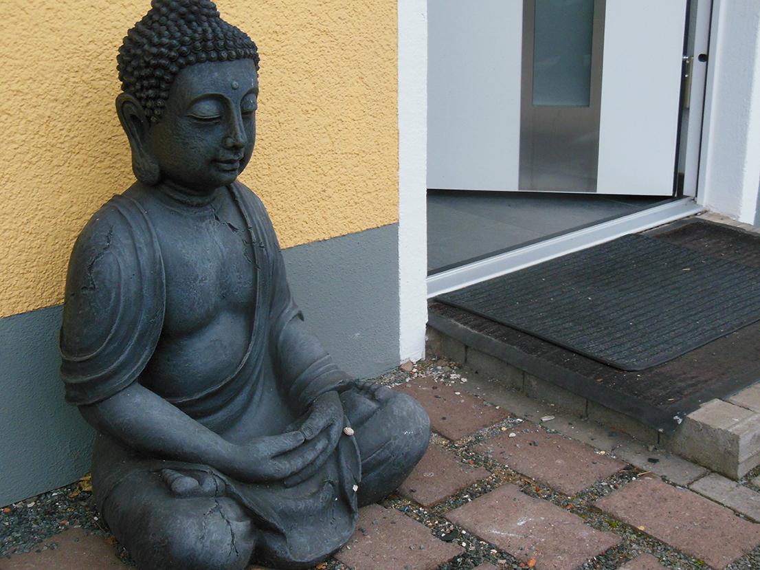 Buddha Statue vor der Eingangstür